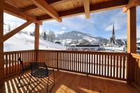 Terrasse mit Blick auf Skipiste und Kirche in Maria Alm im Salzburger Land