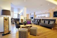 Lobby mit offenem Kamin im Appartementhaus in Maria Alm