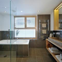 Badezimmer mit Blick auf die Skipiste in Maria Alm